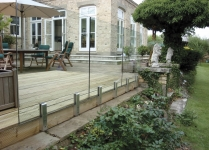Frameless glass balustrade with mini-posts system