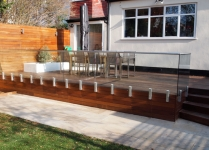 Frameless garden balustrade with hand-rail